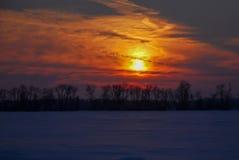 Gefrorener orange Wintersonnenuntergang Mittelwestens lizenzfreie stockbilder