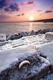 Gefrorener Pier im Sonnenuntergang Lizenzfreie Stockfotos
