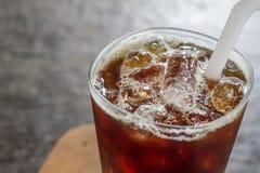 Gefrorener schwarzer Kaffee auf hölzernem Hintergrund Stockbild