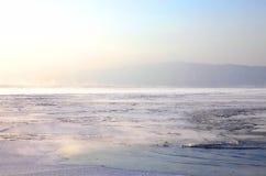 Gefrorener See Baikal stockfotos