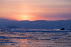 Gefrorener See Baikal Sonnenuntergang Auto Lizenzfreie Stockfotos