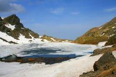 Gefrorener See in den Alpen Stockfoto