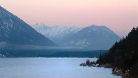 Gefrorener See in den Alpen Stockfotografie
