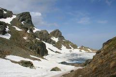 Gefrorener See in den französischen Alpen Stockfotos