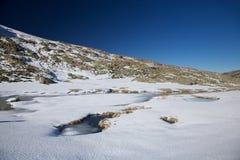 Gefrorener See an den Gredos Bergen Stockfotos
