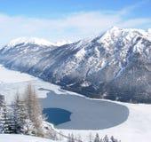 Gefrorener See mit Gebirgshintergrund Stockbilder