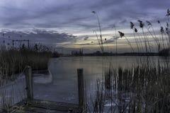 Gefrorener See mit Pier Lizenzfreie Stockfotografie