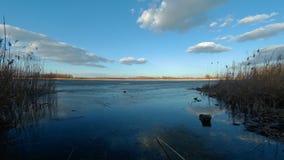 Gefrorener See mit Wolken stock footage