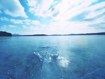 Gefrorener See Reflexion der Sonne strahlt im flachen Eis auf dem See aus Luftblasen Stockbild