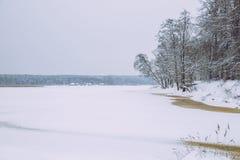 Gefrorener See, Schnee und kühles Wetter Lettland, Reisefoto Lizenzfreie Stockbilder