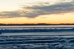 Gefrorener See Skandinavien-Winters Sonnenuntergang lizenzfreies stockfoto