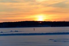 Gefrorener See Skandinavien-Winters Sonnenuntergang lizenzfreie stockfotografie