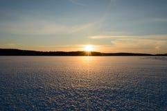 Gefrorener See Skandinavien-Winters Sonnenuntergang lizenzfreie stockfotos