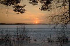 Gefrorener See Skandinavien-Winters Sonnenuntergang stockbilder