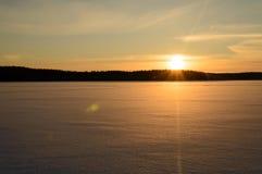 Gefrorener See Skandinavien-Winters Sonnenuntergang stockfotografie