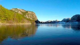 Gefrorener See und Berge Stockfotografie