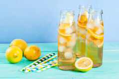 Gefrorener Sommertee mit Zitrone Lizenzfreie Stockfotografie