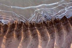 Gefrorener und eisiger Flussgrund im Sonnenschein Stockbilder