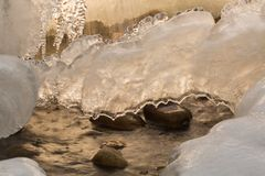 Gefrorener Wasserfall mit einem Blatt des Eises Stockbilder