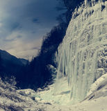 Gefrorener Wasserfall nachts Lizenzfreie Stockfotografie
