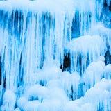 Gefrorener Wasserfall von blauen Eiszapfen Stockfotografie