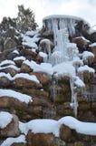 Gefrorener Wasserfall von den Felsen im Winter Lizenzfreies Stockbild