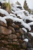 Gefrorener Wasserfall von den Felsen im Winter Lizenzfreie Stockfotos