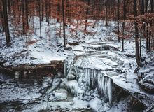 Gefrorener Wasserfall in Winter lizenzfreie stockfotografie