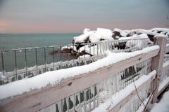 Gefrorener Zaun bedeckt in den Eiszapfen, die Michigansee im Winter übersehen lizenzfreie stockfotografie