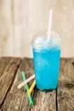 Gefrorenes blaues Slushie in der Plastikschale mit Stroh Stockbild