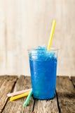 Gefrorenes blaues Slushie in der Plastikschale mit Stroh Stockfoto