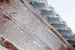 Gefrorenes Dach bedeckt mit Frost und Schnee, extrem kühles Wetter stockfoto