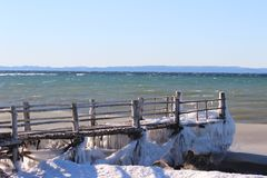 Gefrorenes Dock im Winter lizenzfreie stockbilder