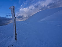 Gefrorenes hölzernes trunc mit galaverna nahe dem Gipfel des Bergs Catria im Winter bei Sonnenuntergang, Umbrien, Apennines, Ital Stockbild