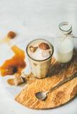 Gefrorenes Karamell Latte-Kaffeecocktail mit Milch- und Kaffeewürfeln stockfotografie