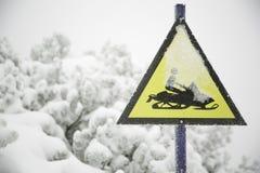 Gefrorenes Schneemobil fahrung Zeichen und Fogy, schneebedeckter Hintergrund stockbilder