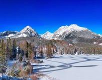 Gefrorenes Strbske Pleso Tarn, hohes Tatras, Slowakei stockfoto