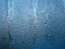 Gefrorenes Wasser auf Glasfenster Stockbild