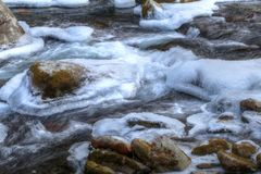 Gefrorenes Wasser des großen Nebenflusses Stockfotos