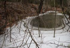 Gefrorenes Wasser in einem großen Abzugsgraben Lizenzfreies Stockfoto