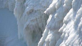 Gefrorenes Wasser im Wasserfall im Berg stockfotografie