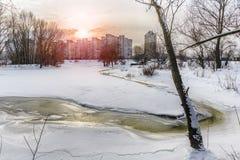 Gefrorenes Wasser, Schnee und Eis auf dem Dnieper-Fluss Stockfoto
