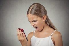 Gefrustreerd boos tienermeisje die terwijl op telefoon schreeuwen Stock Afbeeldingen