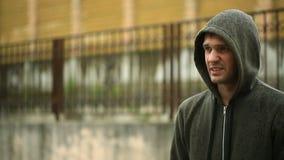 Gefrustreerd door het weer, die zich in de regen bevinden De Ongelukkige Man stock video