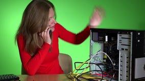 Gefrustreerde bedrijfsvrouw die computerondersteunende dienst roepen stock footage