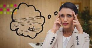 Gefrustreerde bedrijfsvrouw die van strand tegen onscherp bureau dromen royalty-vrije stock afbeelding