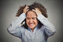 Gefrustreerde beklemtoonde jonge vrouw die hoofdpijn slechte dag hebben stock afbeelding