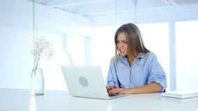 Gefrustreerde boze vrouw die aan laptop, veel werken problemen stock video