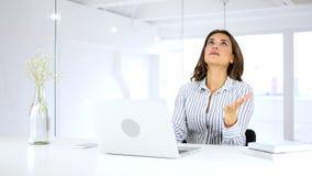 Gefrustreerde boze vrouw die aan laptop, veel werken problemen stock footage