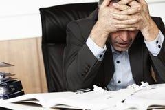 Gefrustreerde bureaumanager die met het werk wordt overbelast. stock foto's